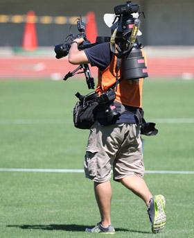 Camera 瞬発力と持久力を要求されるスポーツカメラマンの体力は、ある意味「競技者... ごち